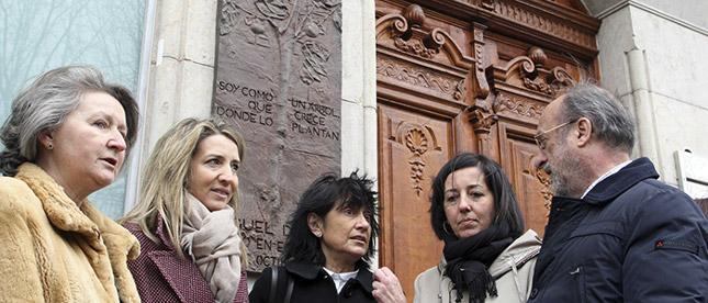 Descubrimiento de relieve conmemorativo en la casa natal de Miguel Delibes
