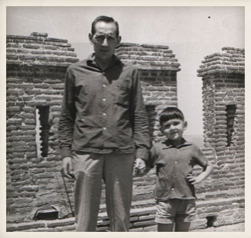 Miguel Delibes con su hijo Juan. Castillo de la Mota en Medina del Campo (Valladolid), 1961.