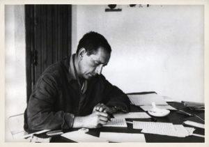 Miguel Delibes escribiendo en su casa de Sedano (Burgos). Años 60.