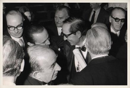 Miguel Delibes es felicitado por Joaquín Garrigues y por los académicos Antonio Buero Vallejo, Rafael Lapesa y Emilio García Gómez en la Real Academia Española.