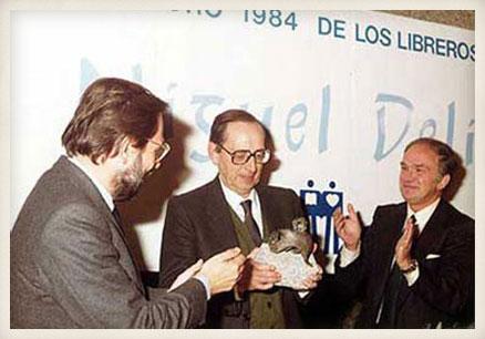 Delibes recibe el Libro de Oro de los libreros españoles de manos del entonces ministro de Cultura, Javier Solana.