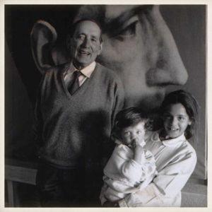 Miguel Delibes con sus nietas Ángeles y Clara. Valladolid, 1992.
