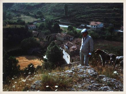 Miguel Delibes con su perro Grin en Sedano, años 80.