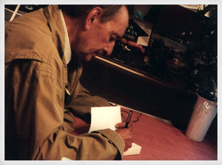 Miguel Delibes firmando ejemplares de sus libros. Feria del Libro de Madrid, 1990.