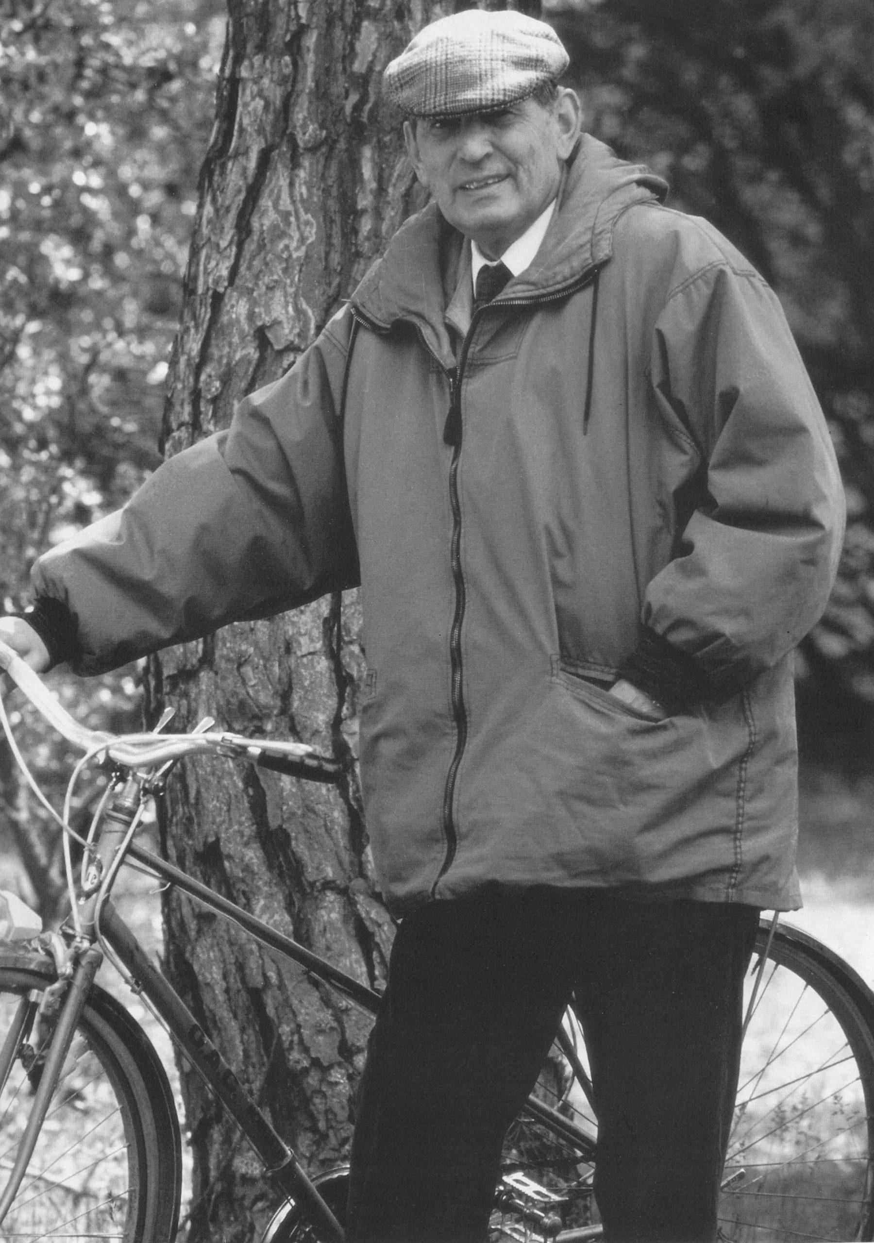 Miguel Delibes y su querida bicicleta