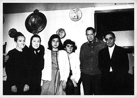 Miguel Delibes con la directora, Ana Mariscal, y varios actores. Rodaje de El camino, 1962.