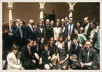 """Miguel Delibes rodeado de su familia en la entrega del Premio """"Miguel de Cervantes"""". Universidad de Alcalá de Henares, 25 de abril de 1994."""